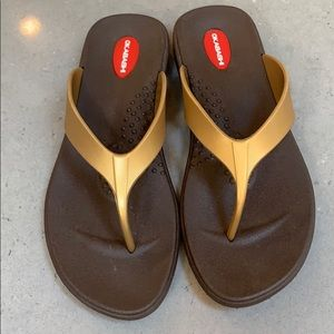 Okabashi thong sandals. Gold/brown. Size M/L.